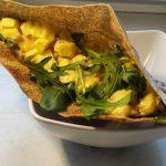 Pita nadziewana jabłkiem w sosie jogurtowo-curry