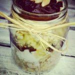 Jaglany deser z czekoladą z karobu i bananów w asyście jogurtu i płatków owsianych