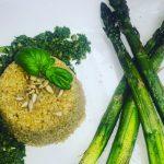 Quinoa z pesto bazyliowym i szparagami