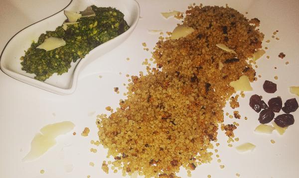 Quinoa z pysznym pesto z owocami żurawiny