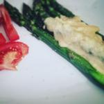 Szparagi z sosem z nerkowców i soczewicy