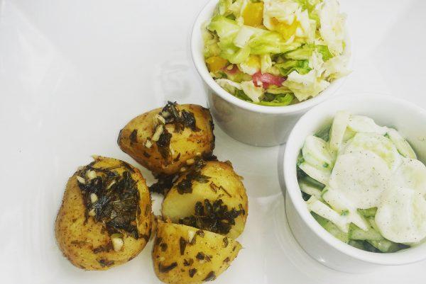 Śródziemnomorskie ziemniaczki z sałatką z białej kapusty i mizerią