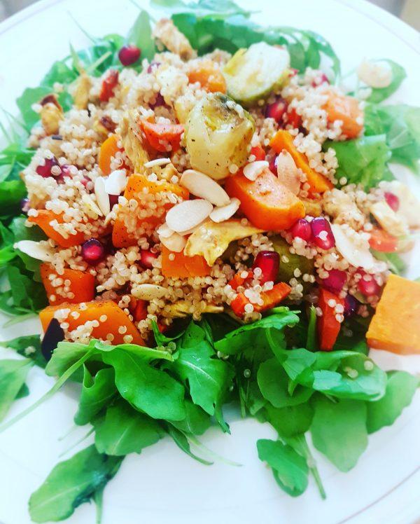 Sałatka z quinoa, grillowanymi warzywami i granatem